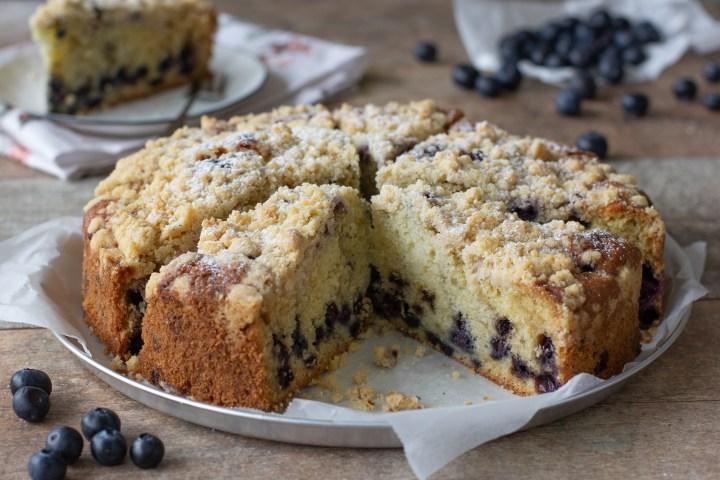עוגת אוכמניות ופירורים