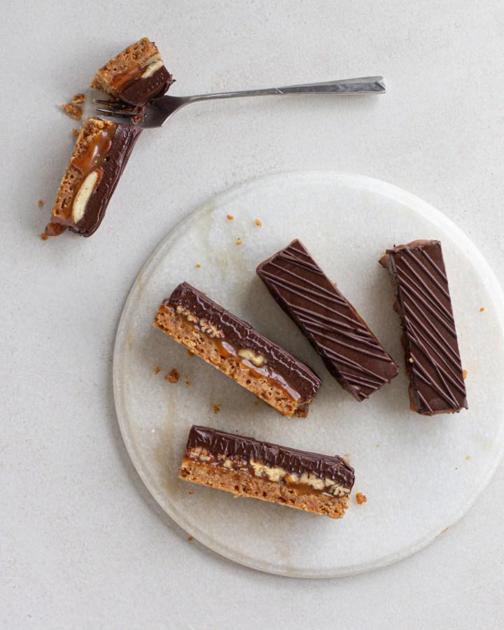 מיליארדר שורטברד (או: חטיפי שורטברד חמאה חומה, קרמל מלוח, שוקולד ופקאנים)
