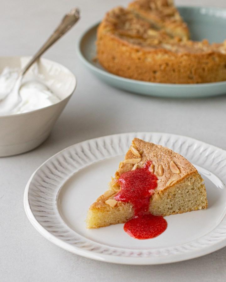 עוגת שקדים ולימון עם רוטב תותים וקצפת