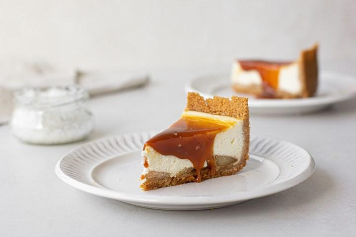 עוגת גבינה מסקרפונה עם תפוחים וקרמל מלוח