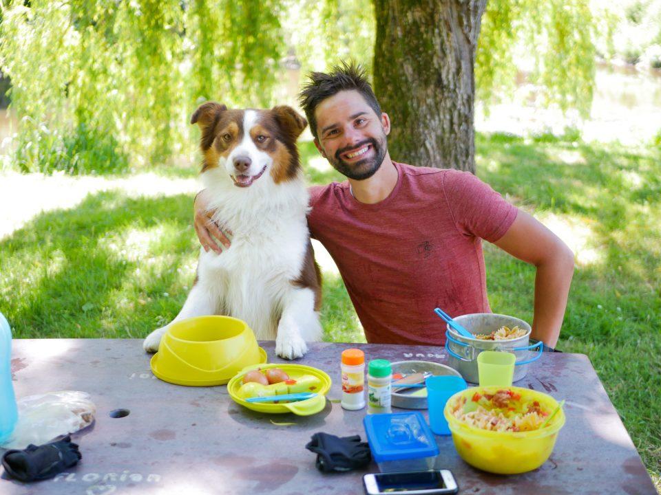 duo chien homme berger Australien pique nique