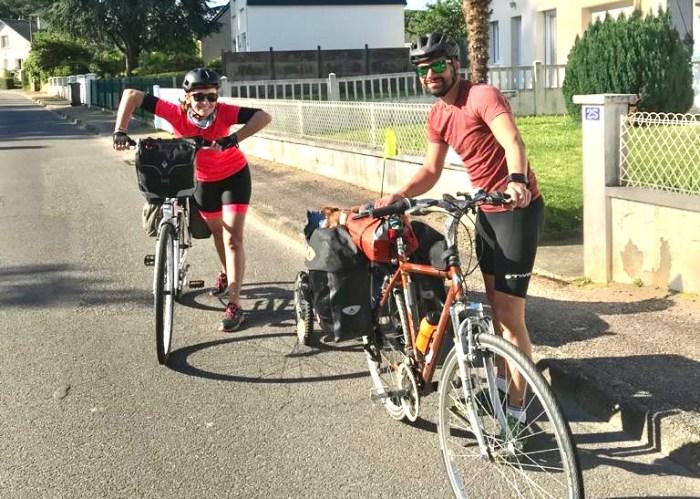 Départ randonnée vélo avec un chien