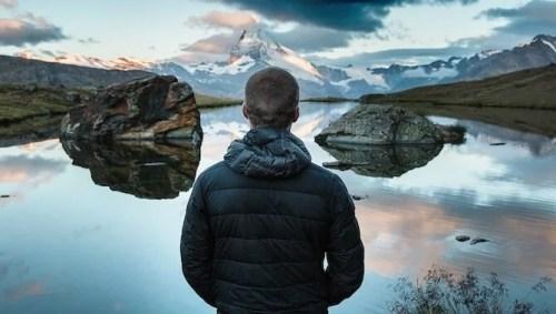 mężczyzna nad jeziorem