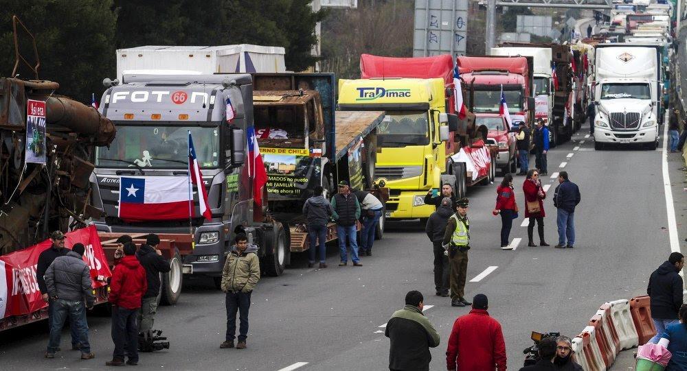Gobierno y camioneros tienen a Chile orillando el precipicio