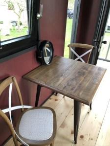 Der schöne Esstisch aus Holz in der Bigge