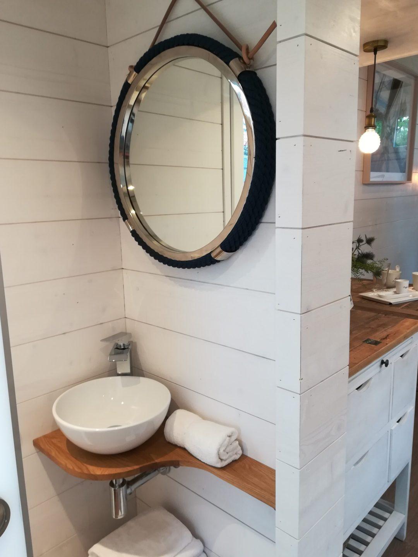 Das Bad der Ems mit großem Spiegel im maritimen Design