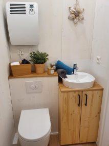 Blick ins Bad auf WC und Waschtisch