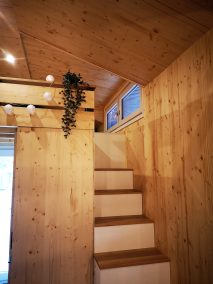 Die Treppe zur Loft-Ebene des Tiny Houses Möhne