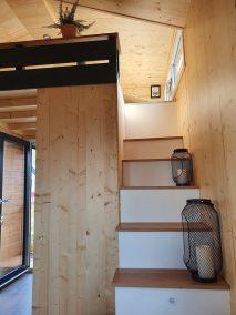 Die Treppe zur Loft-Ebene des Tiny Houses