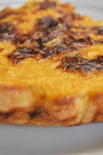 un bout de tarte jaune, gratinée, vue de derriere,