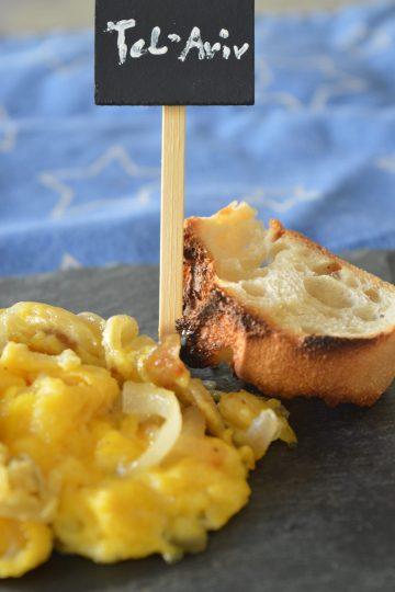 les oeufs brouilles, un morceaux de pain grillé, Tel-aviv