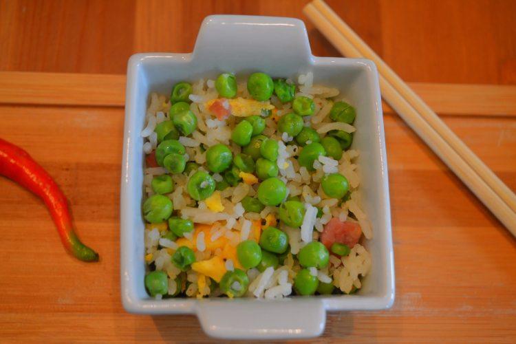 ryz z zielonym groszkiem, kawalkami omletu, i boczekiem, papryczka czerwona, drwniane paleczki