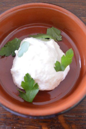 dans un ramequin une boulle de raifort à la creme, les feuilles de persil