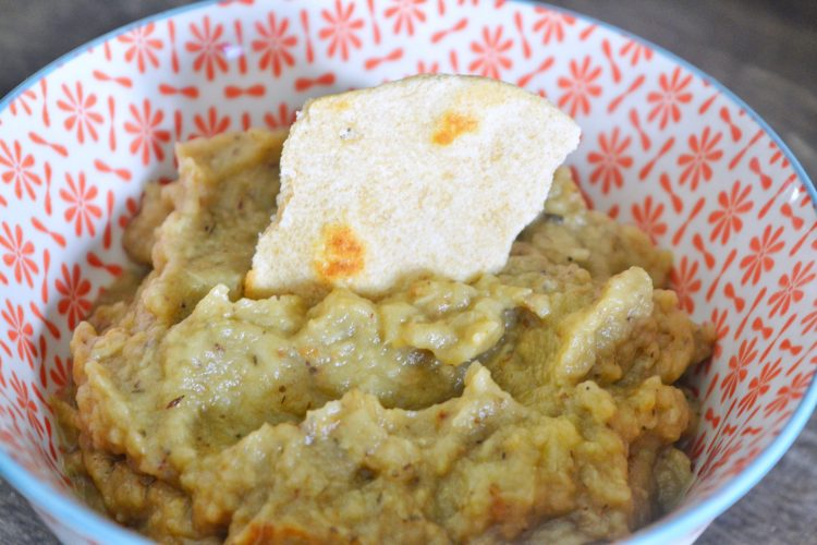 w miseczce pasta koloru zoltawego z kawalkiem pieczywa