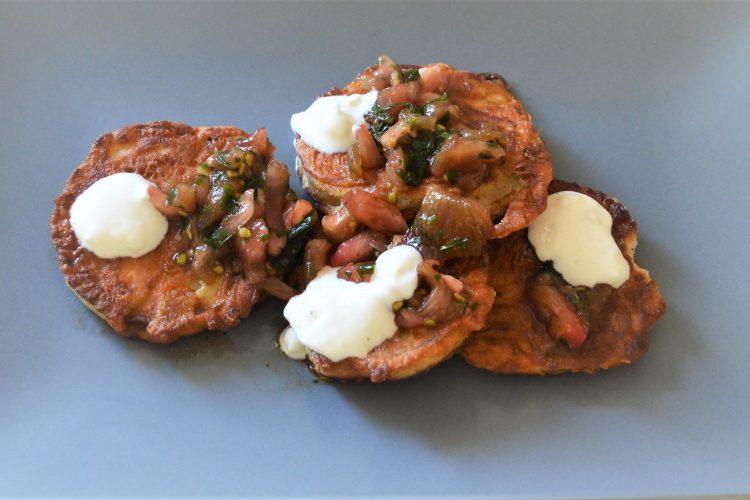 krazki opiekanego baklazana, salsa pomidorowa, kleksy sosu jogurtowego