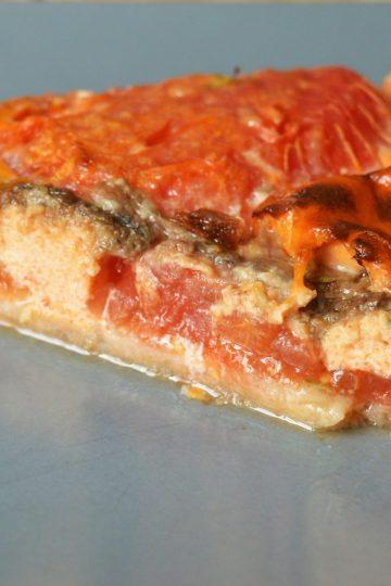 trojkatny kawalek tary z pomidorami