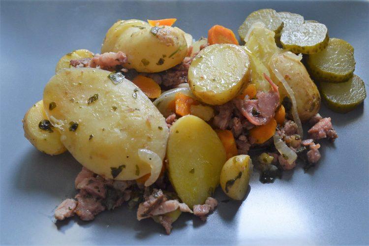 pommes de terre coupés en rondelles, carottes, lardons,