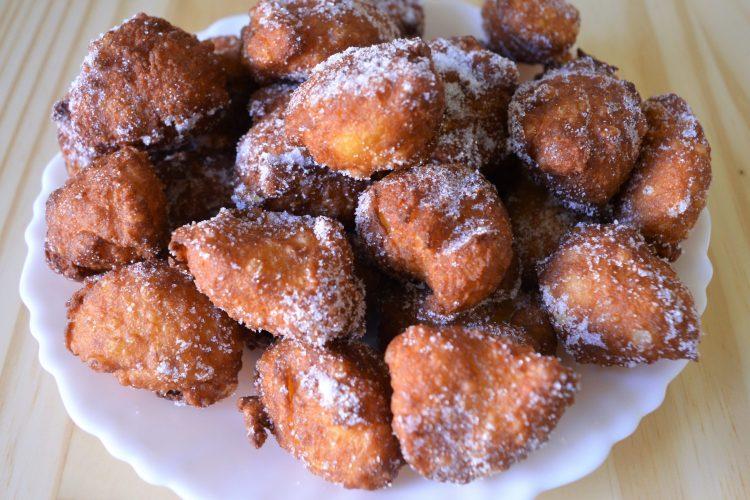 les petits beignets entourés de sucre