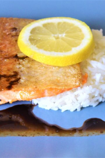 morceau de truite, riz blanc, tranche de citron, sauce balsamique