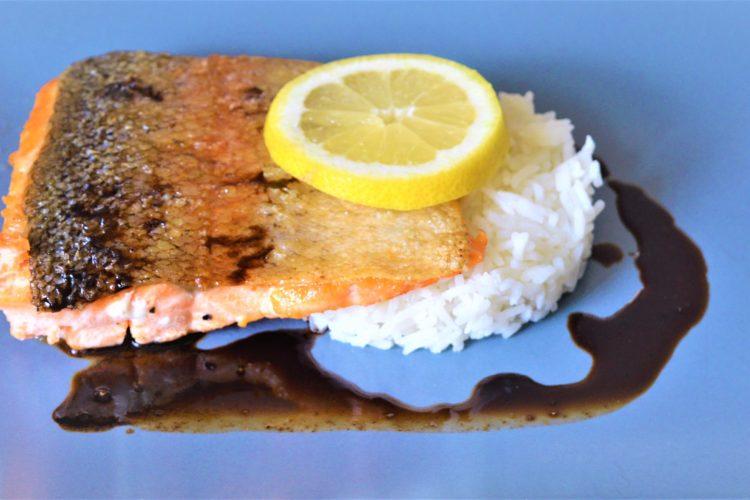 kawalek grilowanego lososia, bialy ryz, cytryna