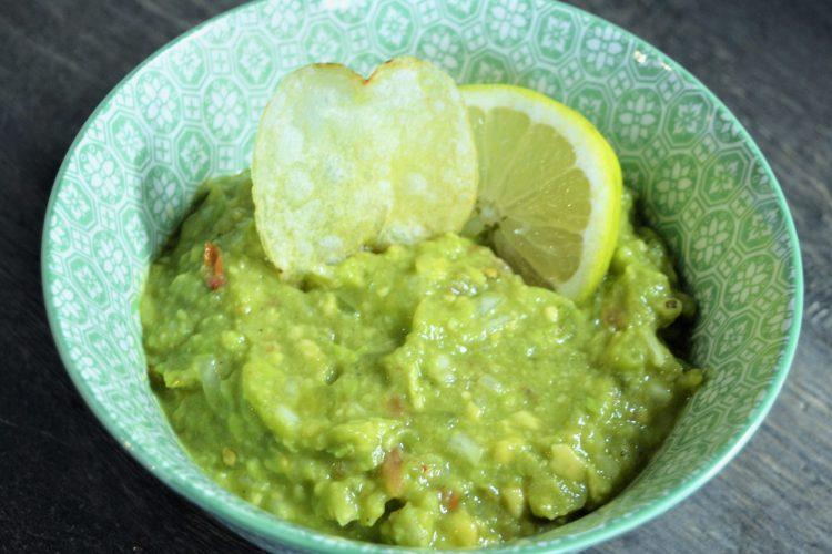 guacamole, pasta z awokada, przepis meksykanski, pomidory, limonka