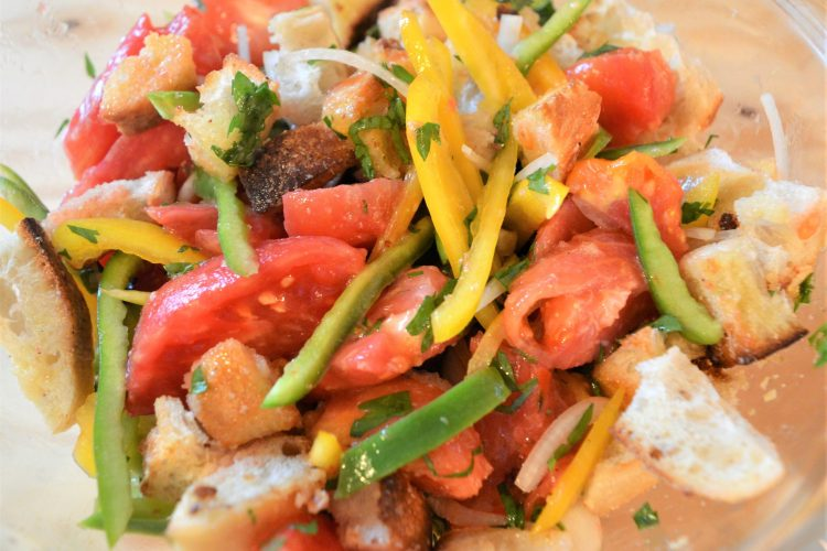 salade, salade de tomates, poivrons, croutons, ,