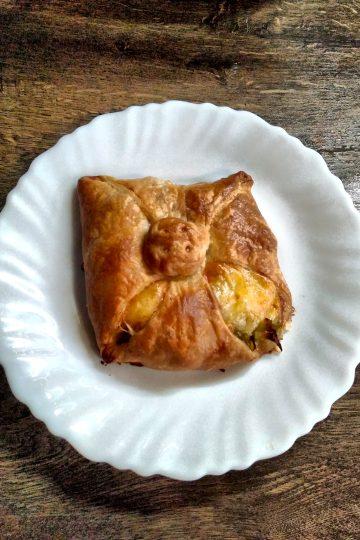 ciasto francuskie, pory, zapiekane z serem