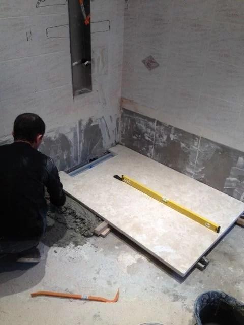 Travertin 1er choix dalles de 40x60 pour mur et sol. Receveur de douche sur mesure en travertin Chez Pierre Discount