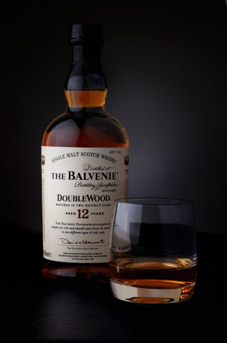 Photographie packshot 'une bouteille de whisky The Balvenie Portrait institutionnel d'un homme par Pierre Pointeau, photographe freelance