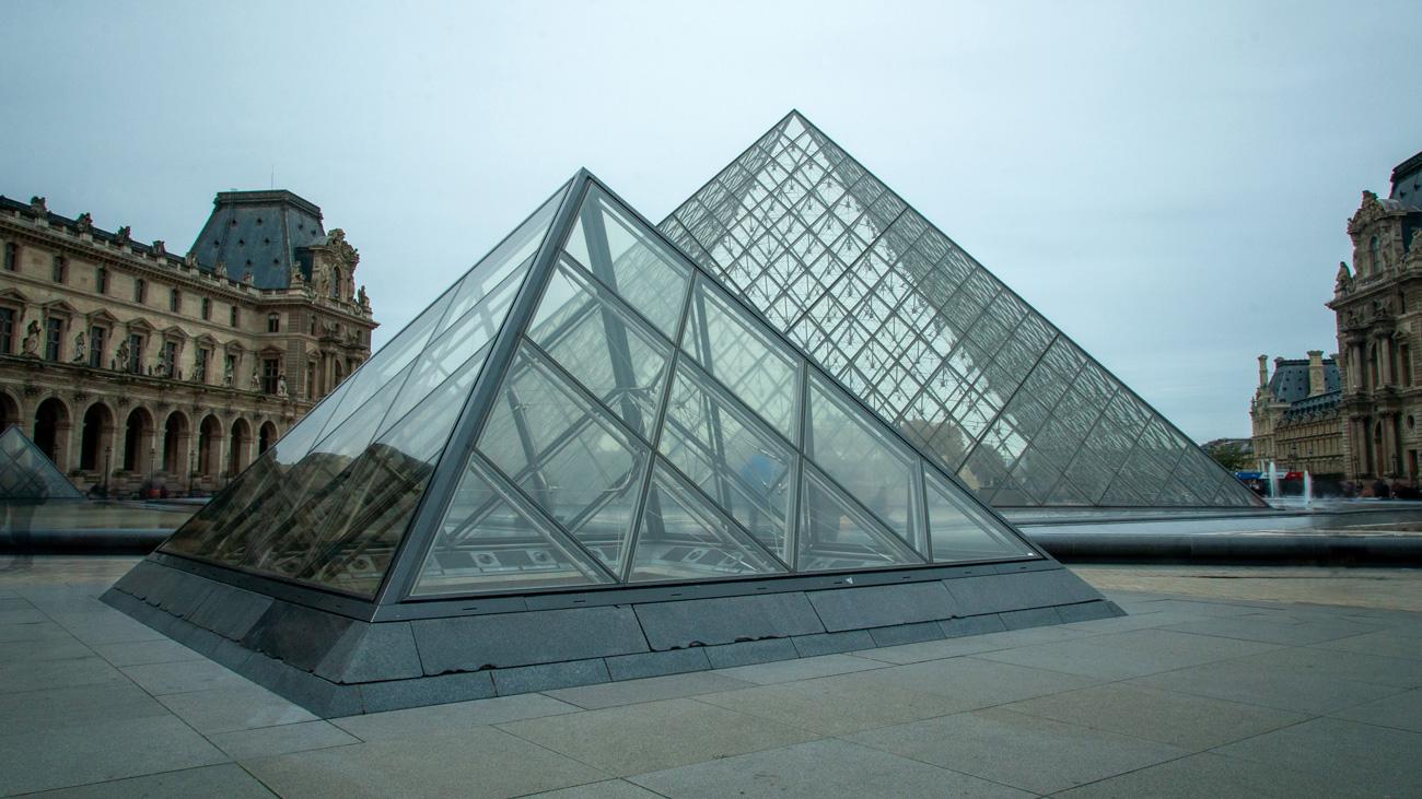 Photo des pyramides du Louvre, à Paris.