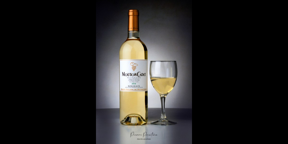 Photo packshot d'une bouteille de Mouton Cadet blanc
