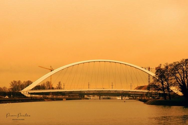 Photographie du pont de la Citadelle de Strasbourg, pendant le sirocco.