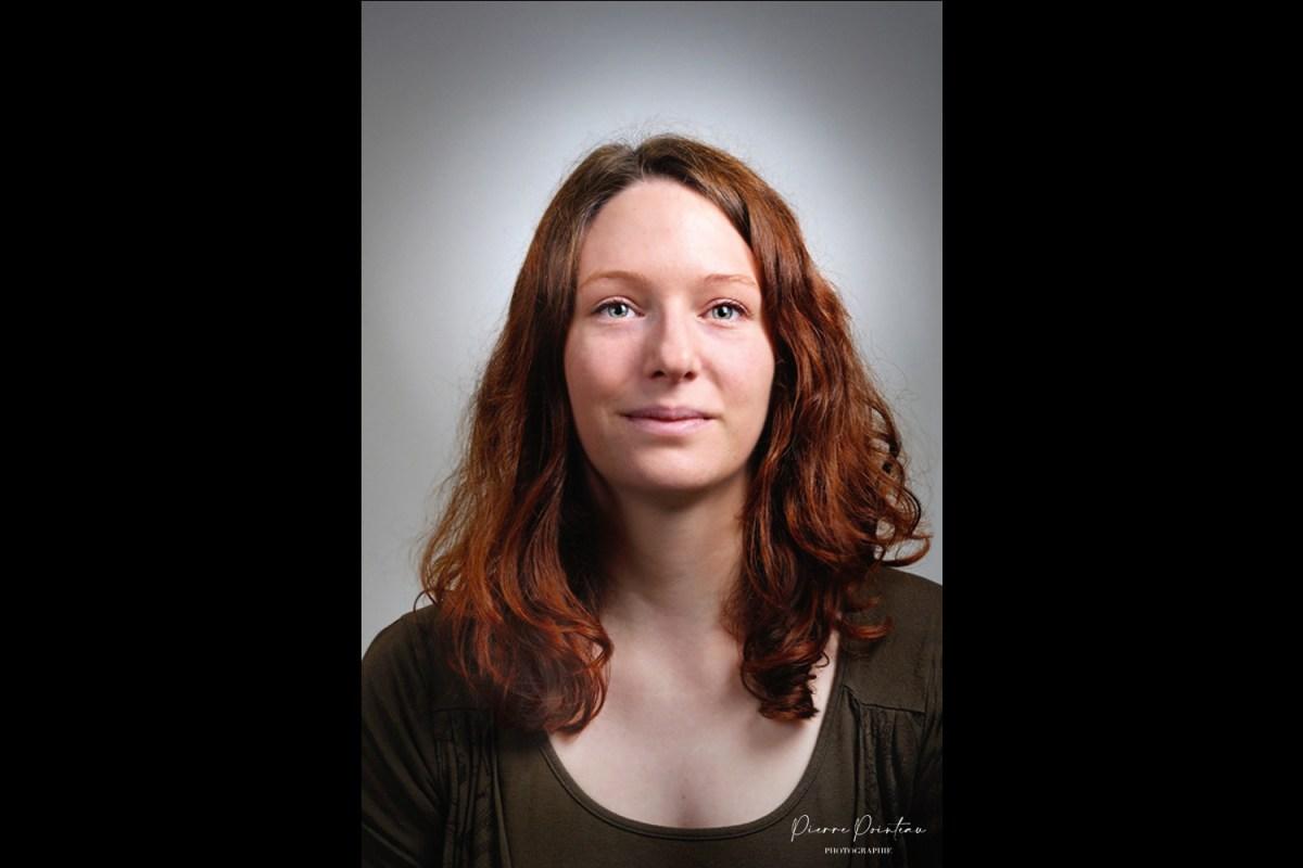 Photo d'une femme en portrait institutionnel.
