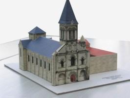 Papercraft imprimible y recortable de la abadía de Nieul de Autise en Francia. Manualidades a Raudales.