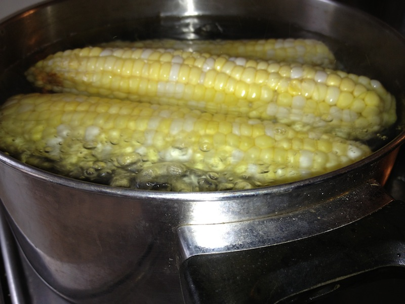 Maïs dans l'eau bouillante