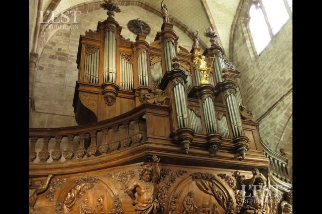 le-grand-orgue-de-1617-en-majeste-sur-son-piedouche-entierement-sculpte-photo-d-archives-a-r-1522163883