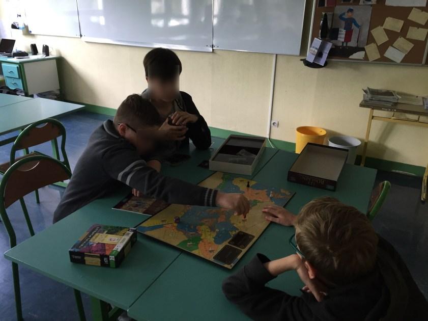 Trois élèves essaient de devenir César en répondant à des question sur la Rome antique