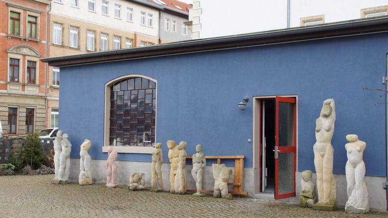 Konstanze Feindt-Eißner arbeiten auch grafisch und malerisch. Am liebsten jedoch bildhauerisch am Stein.