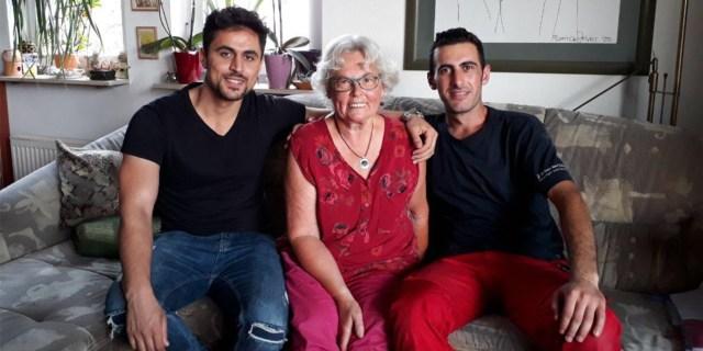 """Oma Heidi mit ihren beiden """"Patenkindern"""" Bashdar (l.) und Zana. Seit mehreren Jahren kümmert sich die Dresdner Rentnerin um die beiden Geflüchteten."""