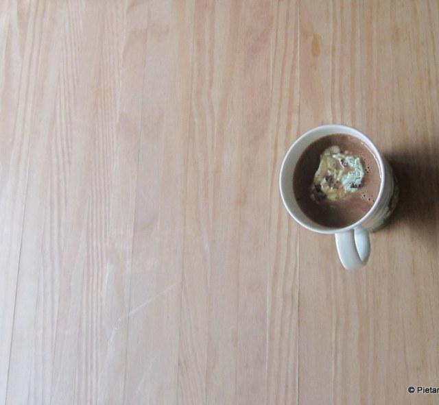 Maitosuklaakahvia jonka päällä jäätelöä.
