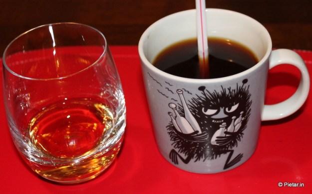 Kahvi ja konjakkia muumikupissa.