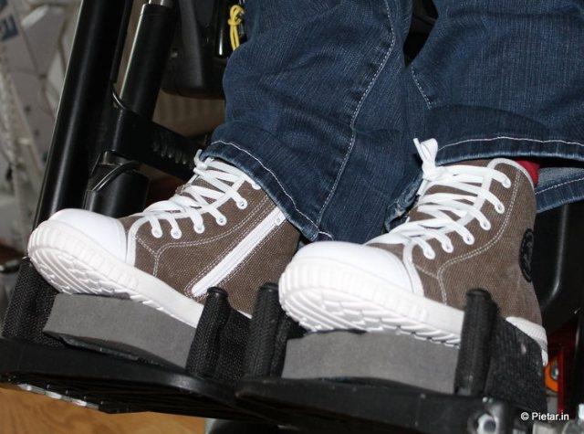 Ruskeat tennarit jaloissa.