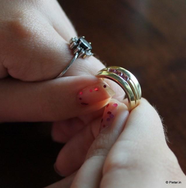 Kultasormus kolmella vaaleanpunaisella turmaliinilla