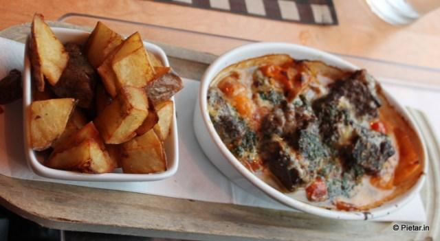Ylikypsää mureaa naudanlihaa, gorgonzolakastiketta, Rosson peperonataa, parmesaania, pestoa ja lohkoperunoita