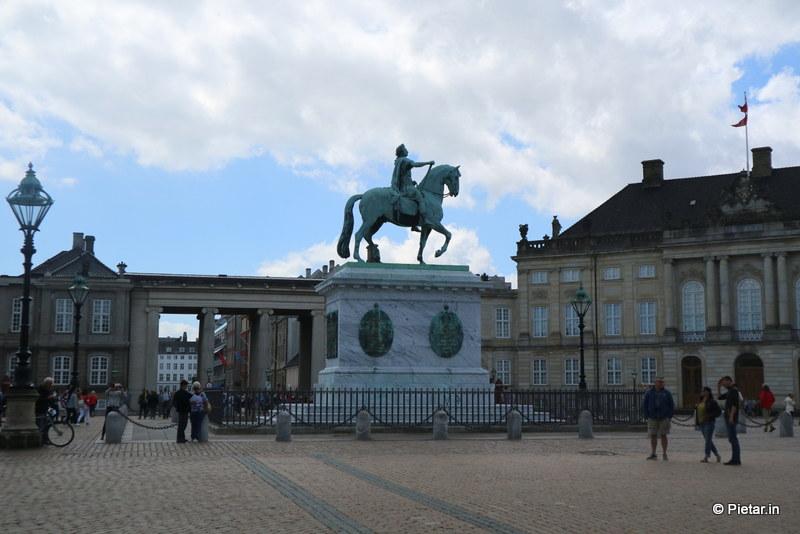 Amalienborgin perustajan, kuningas Frederik V:n ratsastajapatsas