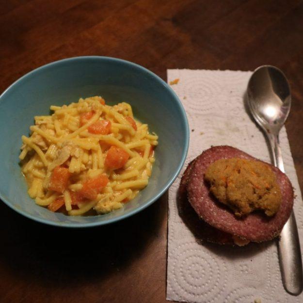 Kanakeittoa ja porkkanasämpylöitä.
