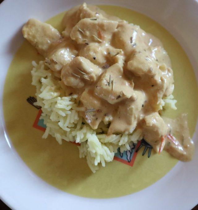 Kanaa ja riisiä.