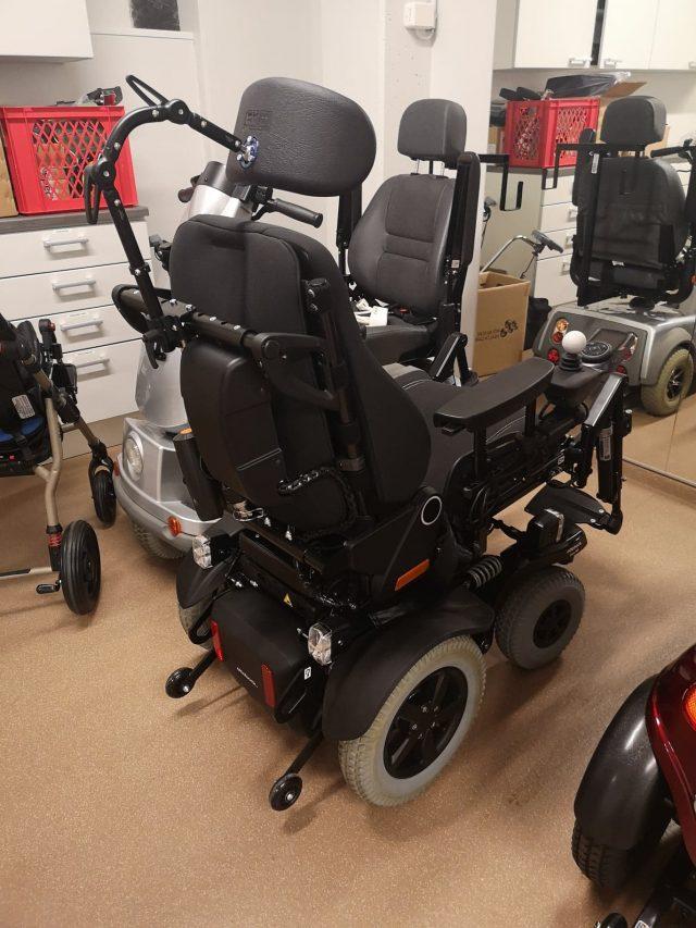 Uusi sähkäpyörätuoli.