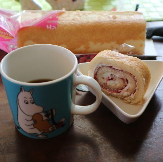 Gluteenitonta kääretorttua ja kahvia.
