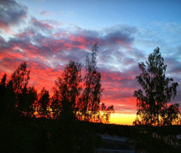 Taivaan peittää upeat värit.